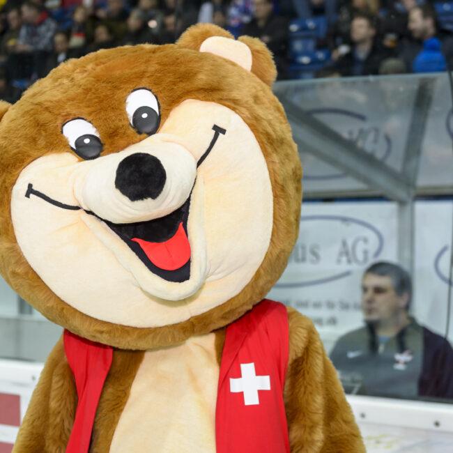 Maskotchen von der Stiftung für Kinder Schweiz, vor dem Spiel zwischen dem EHC Kloten und dem HC Fribourg-Gottéron, in der 39. Runde der National League, in der Swiss Arena, am 14.01.2018. Foto von Remo Max Schindler.
