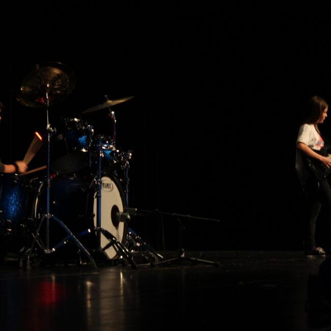 13 Schlagzeuger und Gittaristin heizen dem Publikum mächtig ein