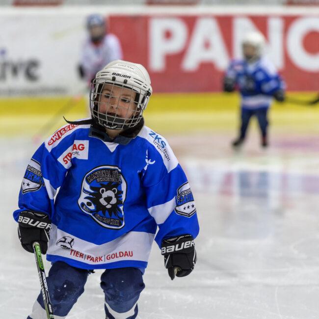 Hockeyschule in der ersten Pause, im Spiel zwischen dem EHC Kloten und dem HC Fribourg-Gottéron, in der 39. Runde der National League, in der Swiss Arena, am 14.01.2018. Foto von Remo Max Schindler.